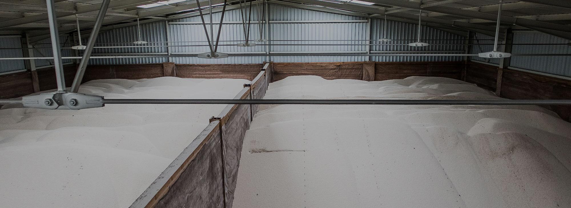 uskladněné hnojivo v hale